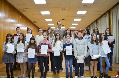 4ee7e7a3b El alcalde ha recibido a los alumnos y alumnas en el salón de plenos y les  ha entregado un diploma como reconocimiento a su talento y buen expediente  ...