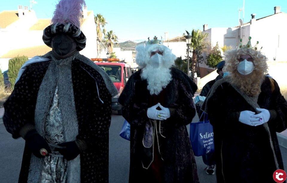 Los Reyes Magos visitan la localidad de Salinas