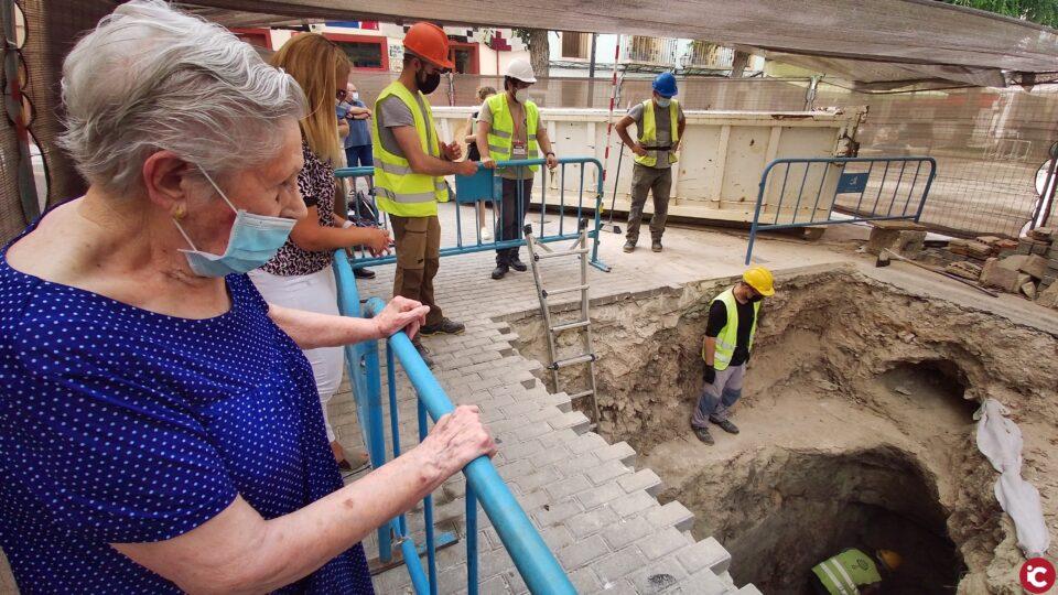 Aparecen casquillos de bala en el refugio antiaéreo de Petrer que hoy ha visitado una mujer de 100 años que participó en su construcción